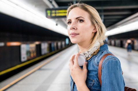 Verdienstunterschied - Mind the Gap! Junge Frau blickt in die Zukunft mit Bedenken wegen des Gender-Pay-Gap