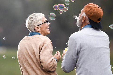 Alles auf Anfang!?: Jung gebliebenes Senioren-Paar hat Spaß mit Seifenblasen